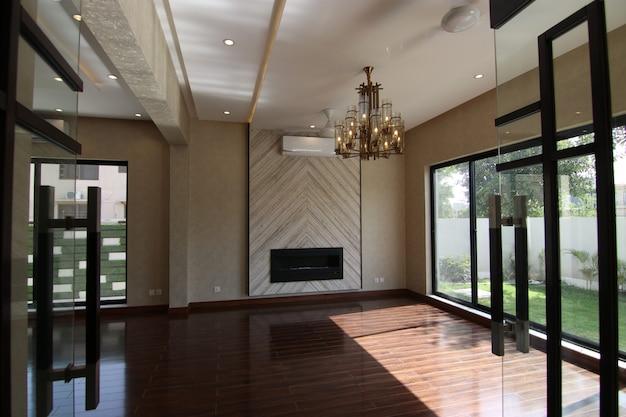 Lege luxe woonkamer met open haard