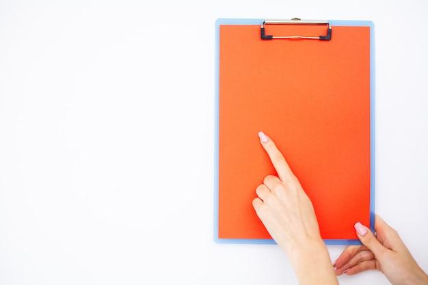 Lege map met bereikpapier, hand die map vasthoudt en handvat op wit