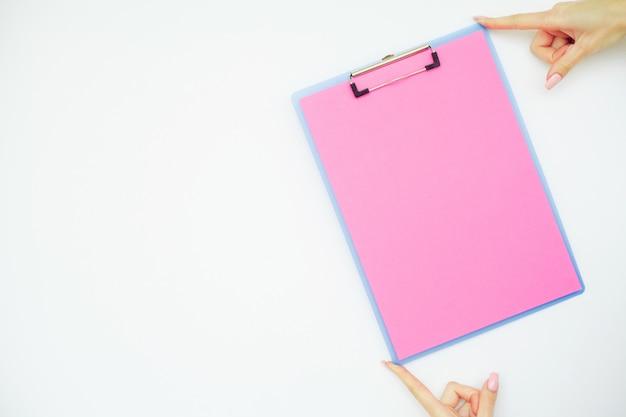Lege map met roze papier.