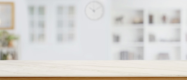 Lege marmeren toonbank, kopieer ruimte op marmeren tafel voor uw product op wazige woonkamerachtergrond