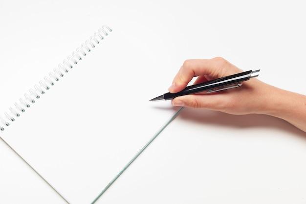 Lege memobloknotitie met pen close-up