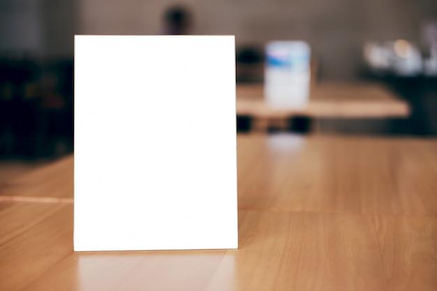 Lege menukader op tafel in coffeeshop staan voor uw tekst van het display