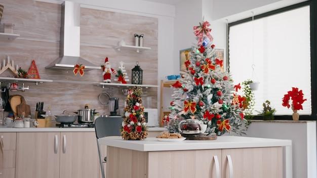 Lege met kerst versierde keuken met niemand erin is klaar voor het dessert op kerstochtend