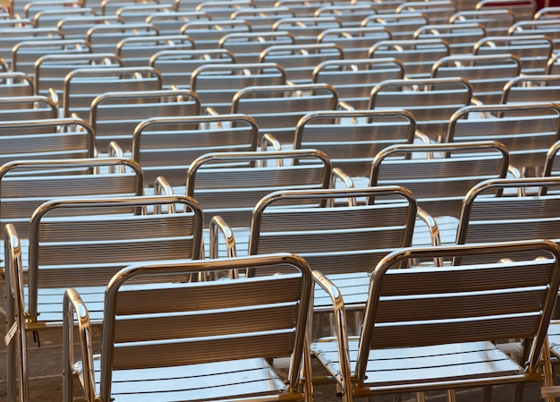 Lege metalen stoelen plaatsen in de openbare ruimte