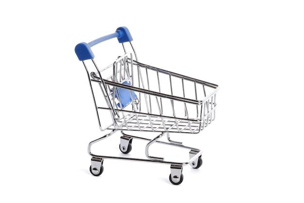 Lege metalen winkelwagentje geïsoleerd op wit
