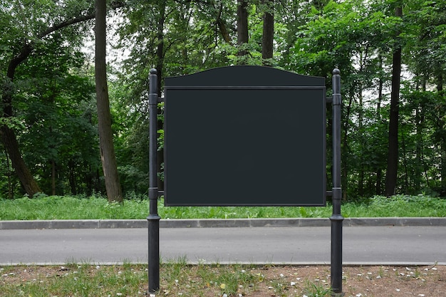 Lege mock up horizontale billboard straat poster op park achtergrond