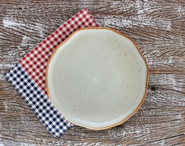 Lege moderne keramische plaat op houten tafel achtergrond, bovenaanzicht