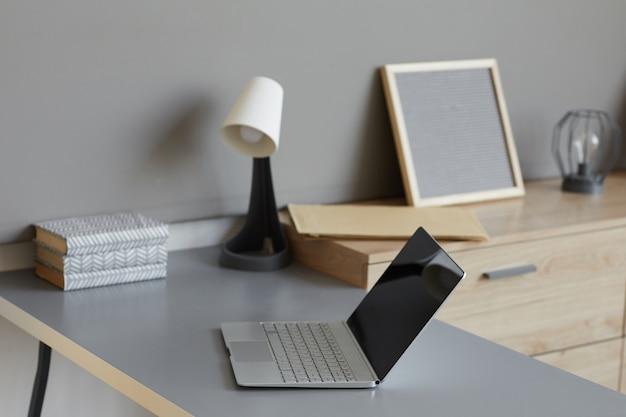 Lege moderne werkplek met laptop erop op kantoor