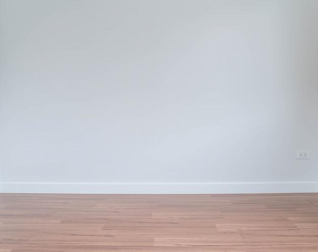 Lege muur met een houten vloer hieronder