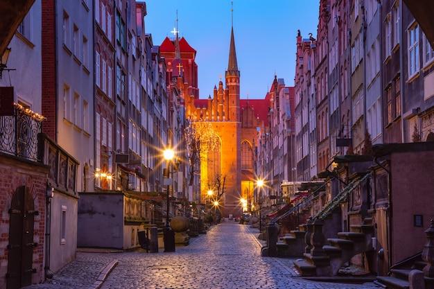 Lege nachtstraat mariacka, st mary, straat in de oude binnenstad van gdansk