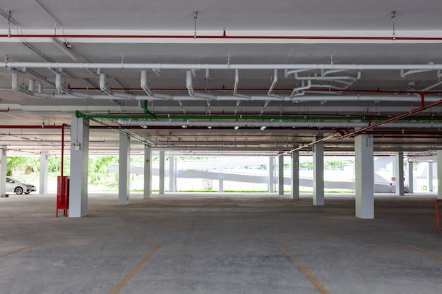 Lege nieuwe ondergrondse parkeergarage interieur in appartement of bedrijfsgebouw kantoor en supermarkt winkel.