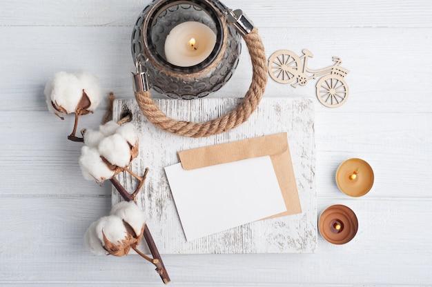 Lege nota en kraftpapier-envelop op shabby chic houten