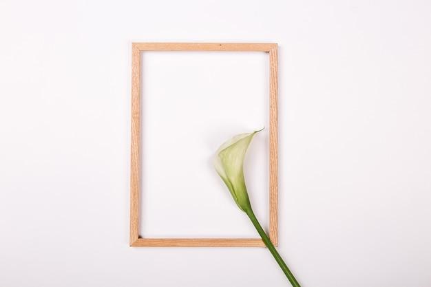 Lege notebook gratis bloemen op witte achtergrond