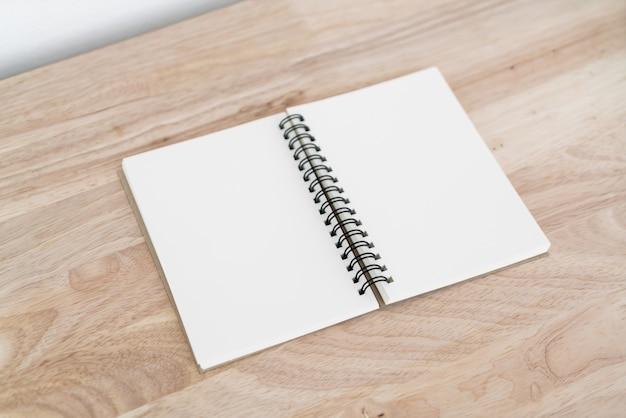 Lege notebook op tafel