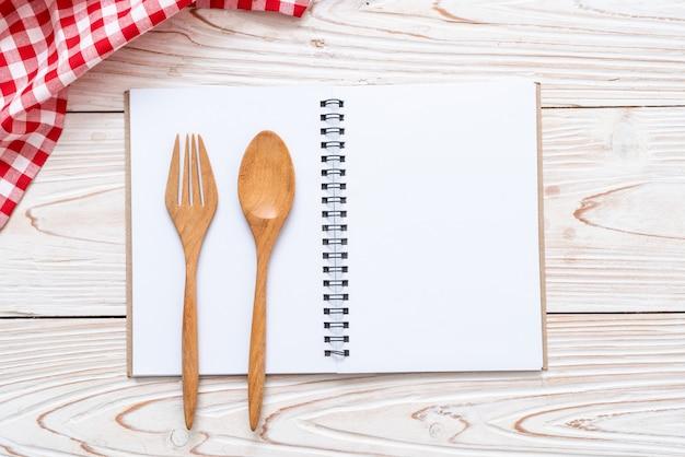 Lege notebook voor tekst opmerking over houten oppervlak met kopie sapce