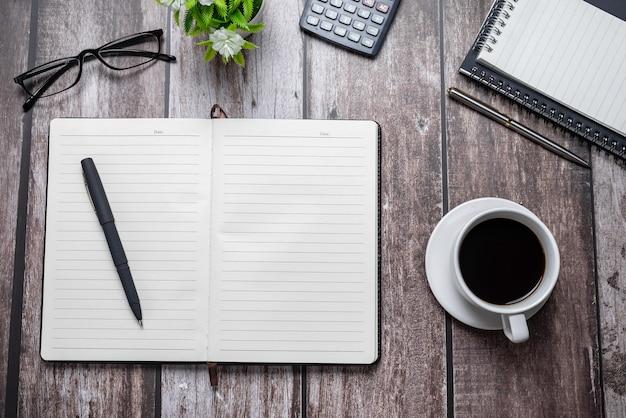 Lege notebooks met alle werkapparatuur op de houten tafel geplaatst. ruimte kopiëren.