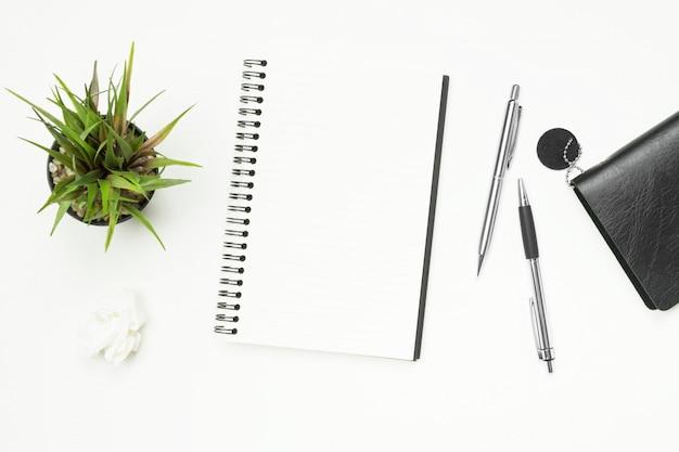 Lege notitieblok pagina is op de top van witte bureau tafel met pen.