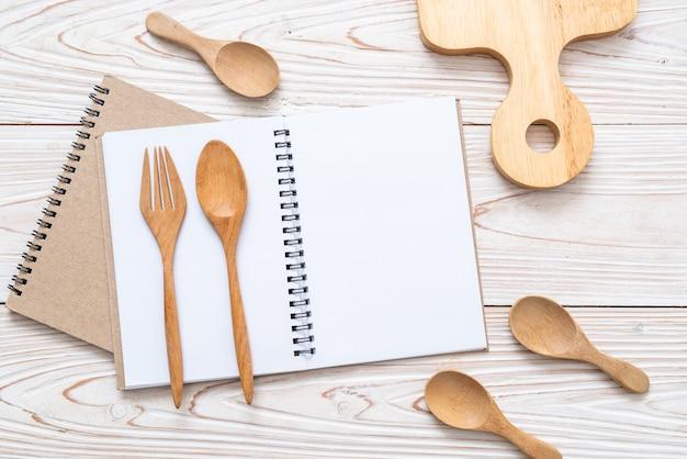 Lege notitieblok voor tekst notitie op houten oppervlak met kopie sapce