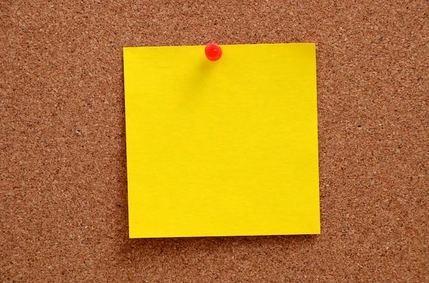 Lege notities vastgemaakt aan prikbord