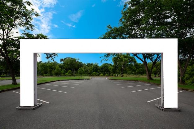 Lege opblaasbare vierkante boogbuis of evenementingangspoort in het park