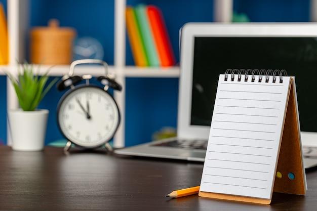 Lege open blocnote met exemplaarruimte op kantoortafel