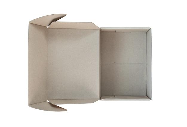 Lege open kartonnen doos op witte achtergrond. levering concept.