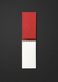 Lege open spiraal notebook mockup geïsoleerd op zwart