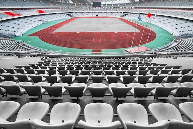 Lege oranje en gele stoelen op stadion, rijen van stoel op een voetbalstadion