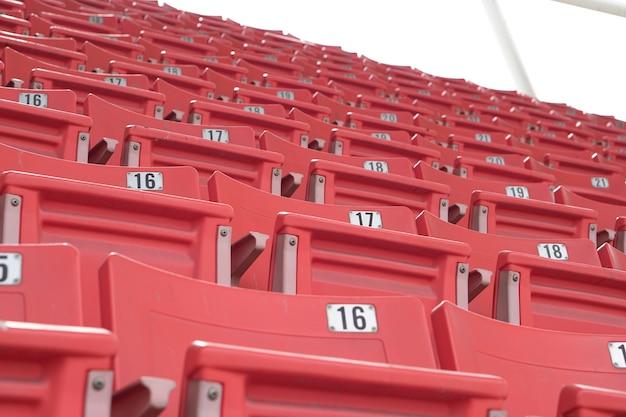 Lege oude stoel werd verlaten in het stadion zonder toeschouwers vanwege annulering van het covid-19-effect