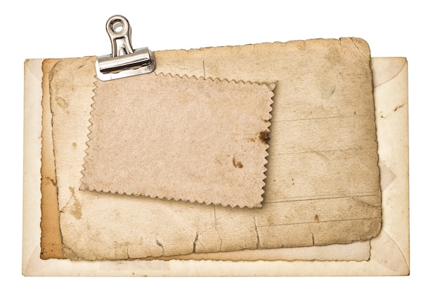 Lege oude vellen met metalen clip geïsoleerd op een witte achtergrond. gebruikt karton