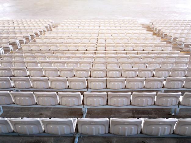 Lege overdekte stadionstoelen