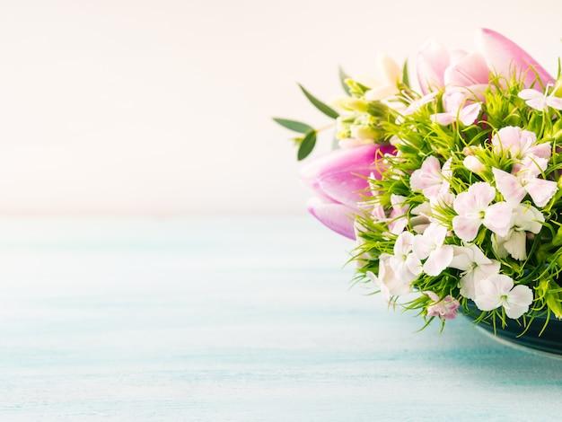Lege paarse kaart bloemen tulpen rozen lente pastel kleuren