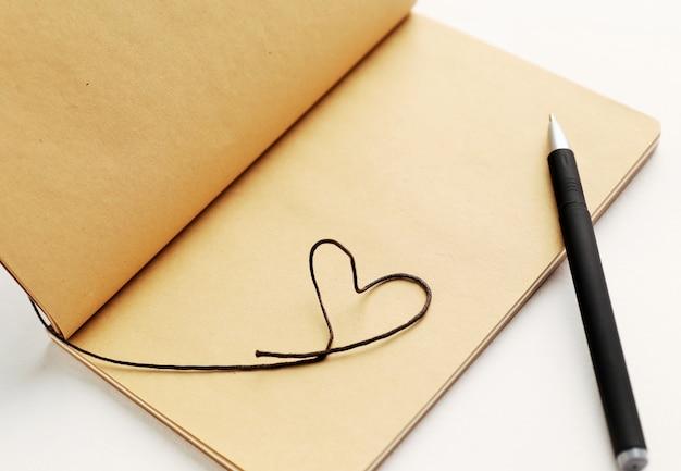 Lege pagina van notitieboekje met hart voor valentijnsdag.