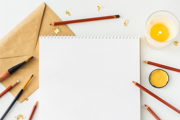 Lege pagina van open notitieboekje en decorpunten op grijs