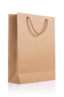 Lege pakpapierzak die op wit wordt geïsoleerd.