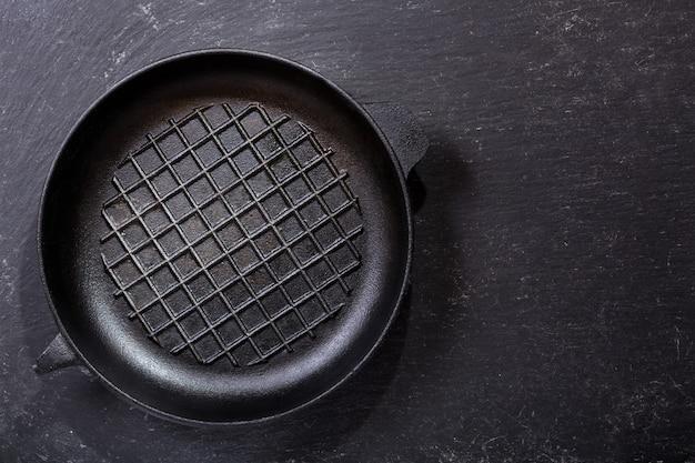 Lege pan op een donkere tafel, bovenaanzicht