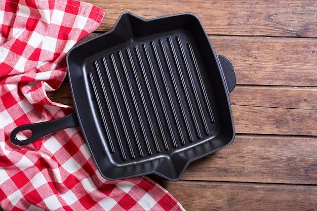 Lege pan op houten tafel, bovenaanzicht Premium Foto