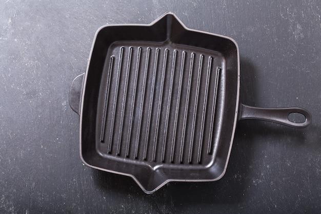 Lege pan voor grill op een donkere tafel, bovenaanzicht