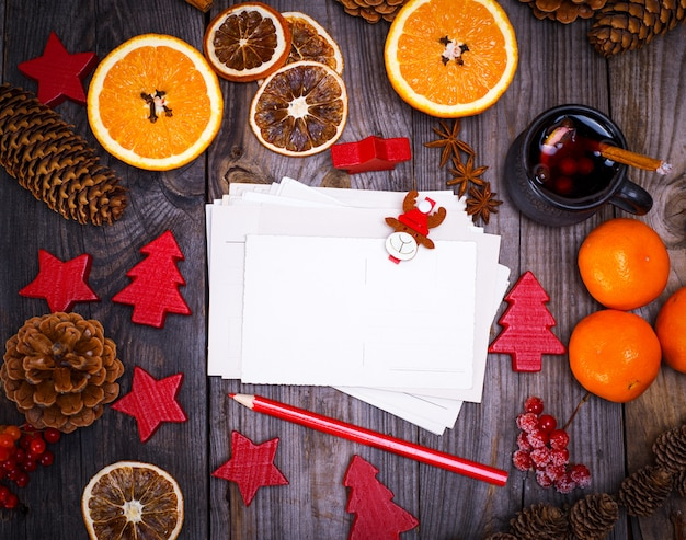Lege papieren ansichtkaarten en een rood potlood