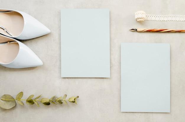 Lege papieren en elegante hoge hakken