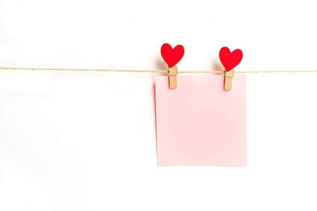 Lege papieren frames die aan een touw hangen