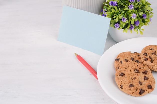 Lege papieren kaart met rode pen en cookies