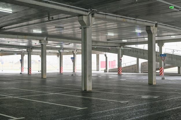 Lege parkeerplaats bij de hypermarkt. geen kopers