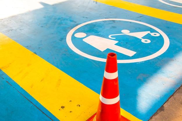 Lege parkeerplaats voor een specifiek persoonspark. een plaats is gratis