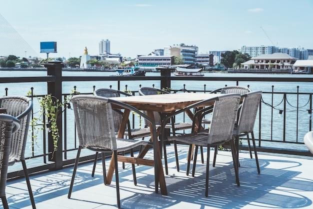 Lege patio buiten tafel en stoel in restaurant