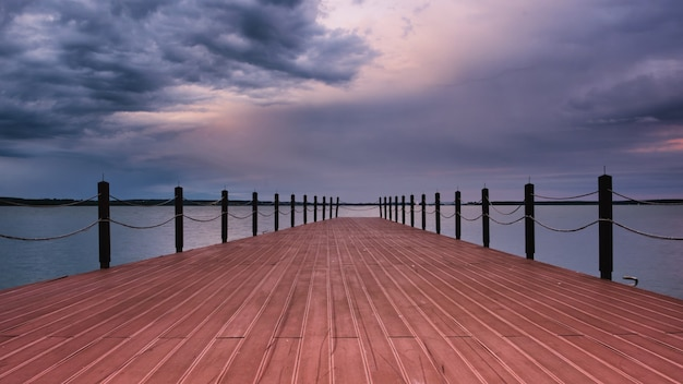 Lege pier op de minsk zee op een zomeravond.