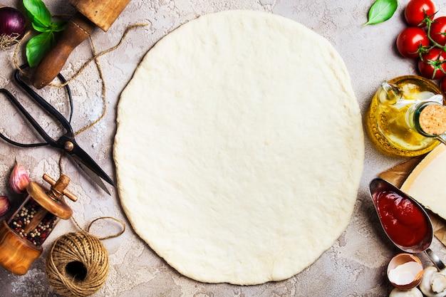 Lege pizza en ingrediënten
