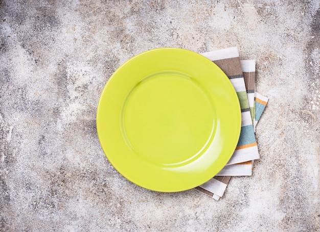 Lege plaat op concrete tafel