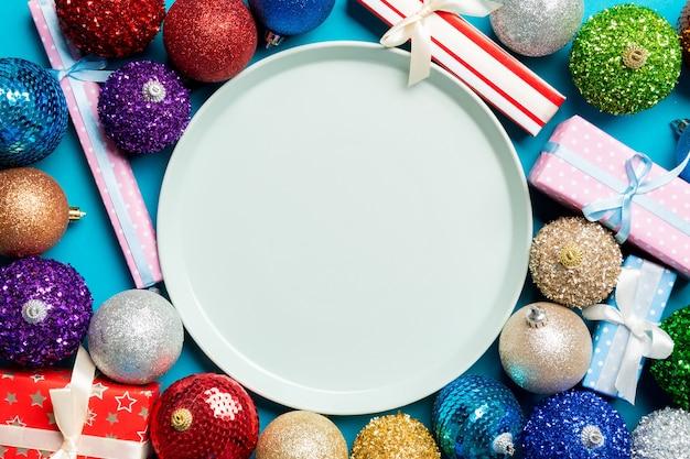 Lege plaat op kerstmistafel