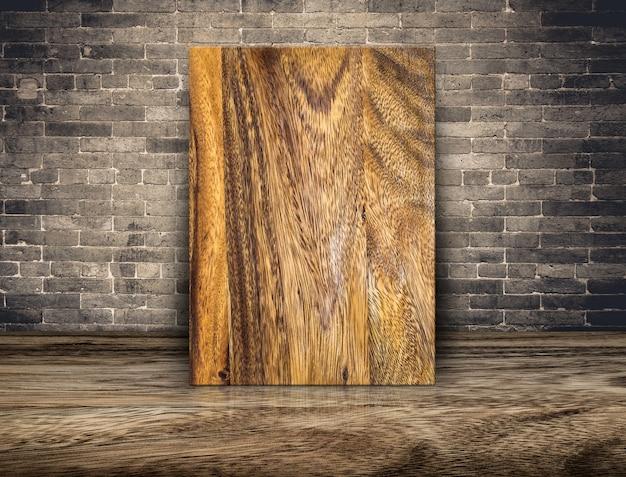 Lege plank houten bord op grunge bakstenen muur en houten vloer